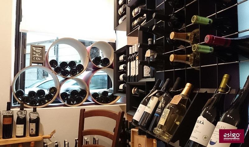 Arredamento Esigo per gastronomia con esposizione vini