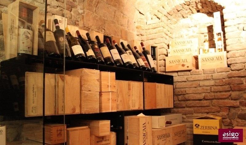 Gallery arredamento esigo per punto vendita vino for Arredamento vendita