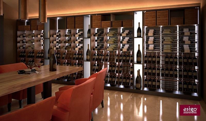 Stanza vino su misura EsigoWine room con tavolo degustazione Esigo