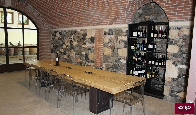 Gallery arredamento esigo per punto vendita vino for Vendita arredamento